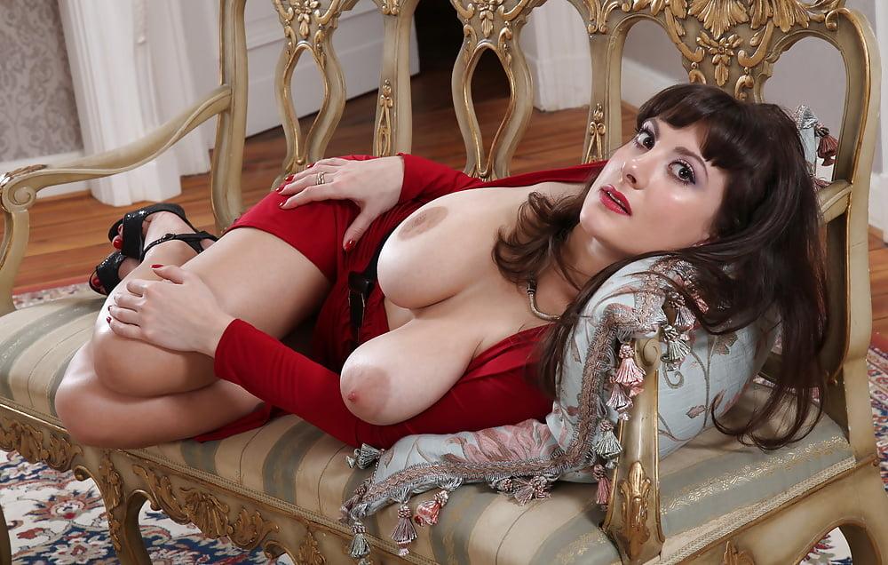 Шамаханская царица Valory Irene куражится на полу порно фото бесплатно