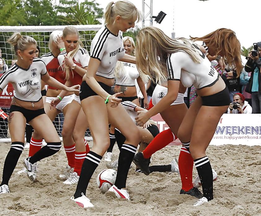 Сексуальные девочки легко ведутся на крепкого футболиста
