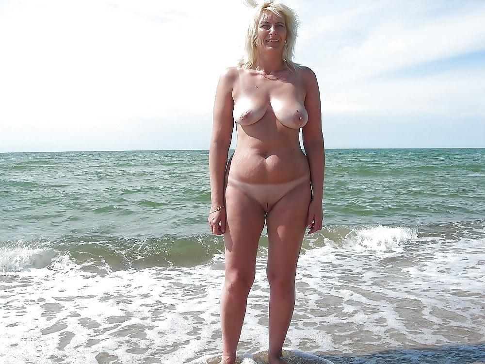 Домашнее на пляже выебали