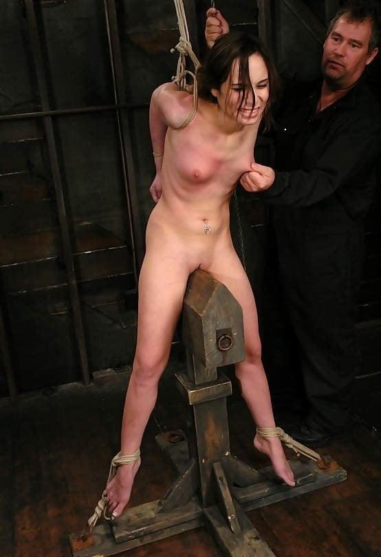 голых женщин мучают сверху