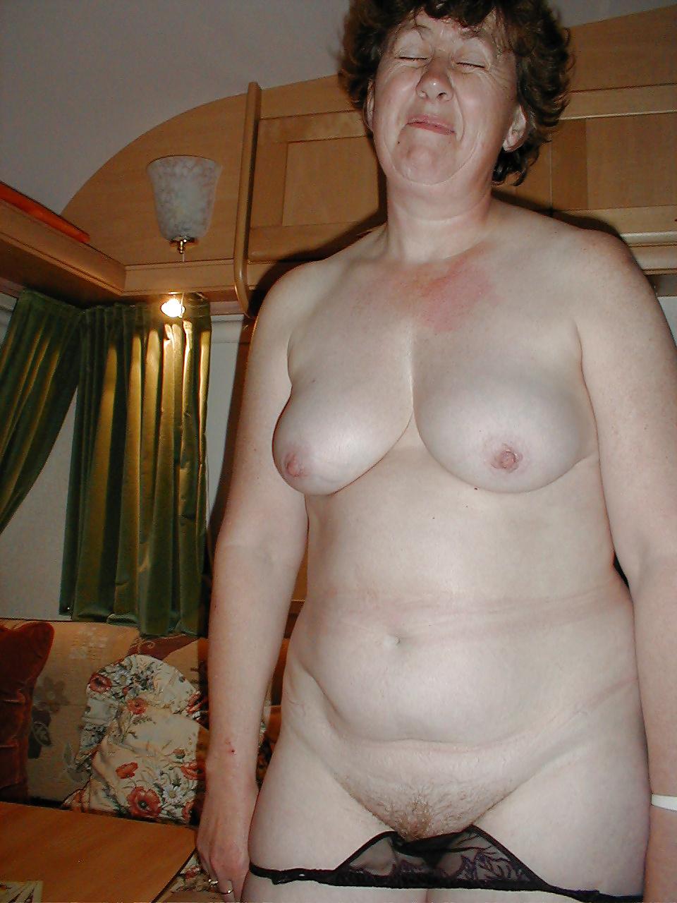 Housewife Sexy Strip Poker - 13 Pics - Xhamstercom-5058