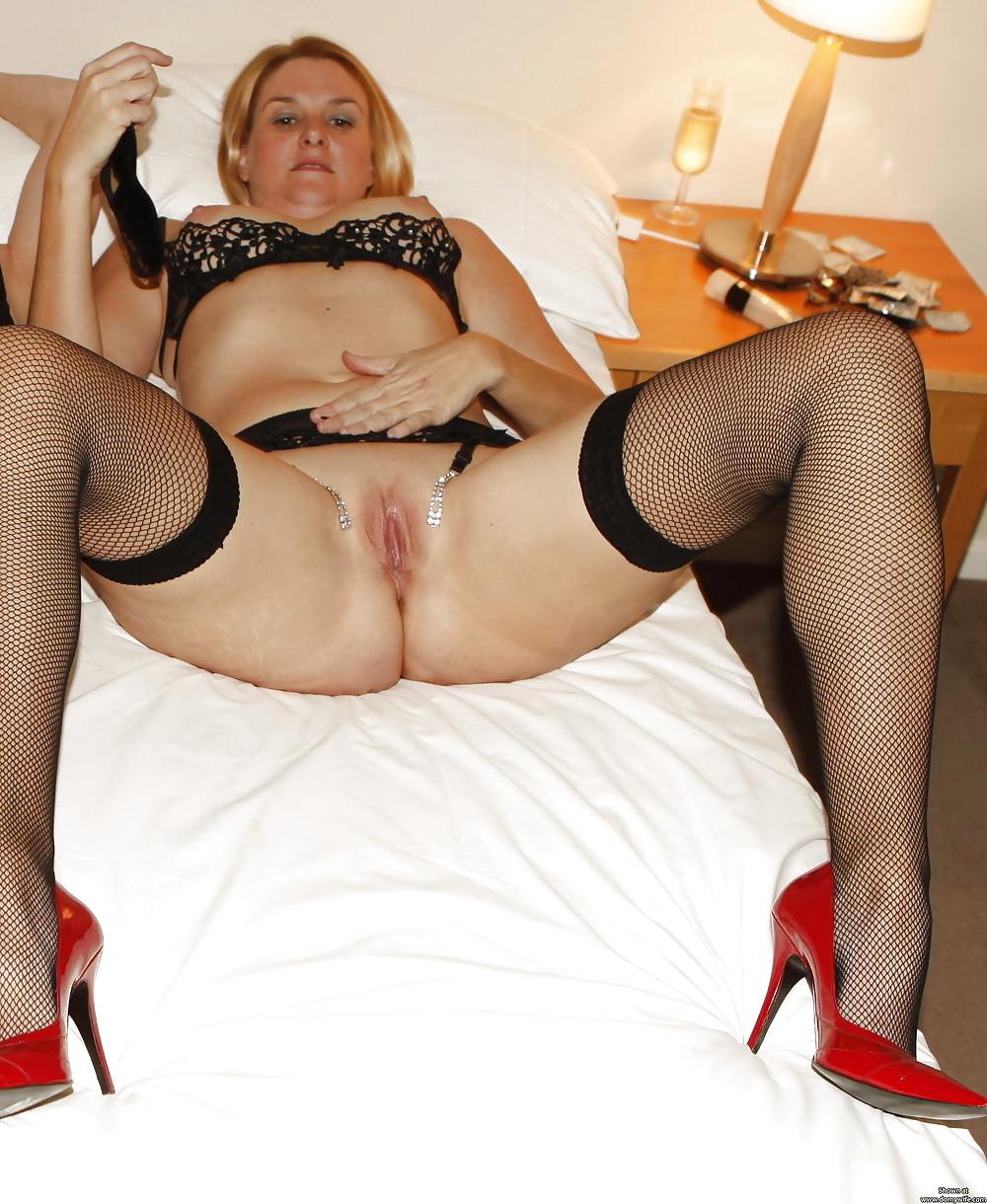 Женщины в возрасте в колготках раздвинула ноги
