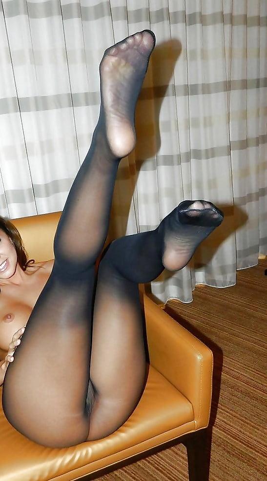 кухонных посиделок нога на ноге видны чулки порно спасибо помощь