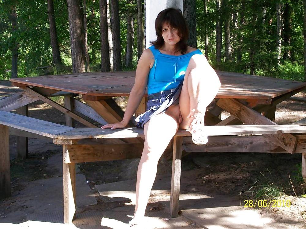 Пьяную толстые девушки без трусов на скамейке сайт омский смотреть