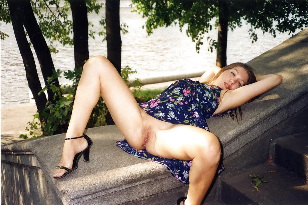 В парке сидела женщина с раздвинутыми ногами без трусов смотреть