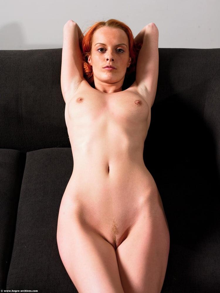 Une rousse et son divan