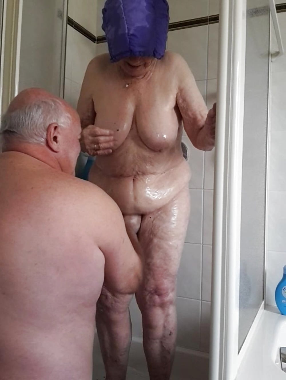 Omas Beim Duschen