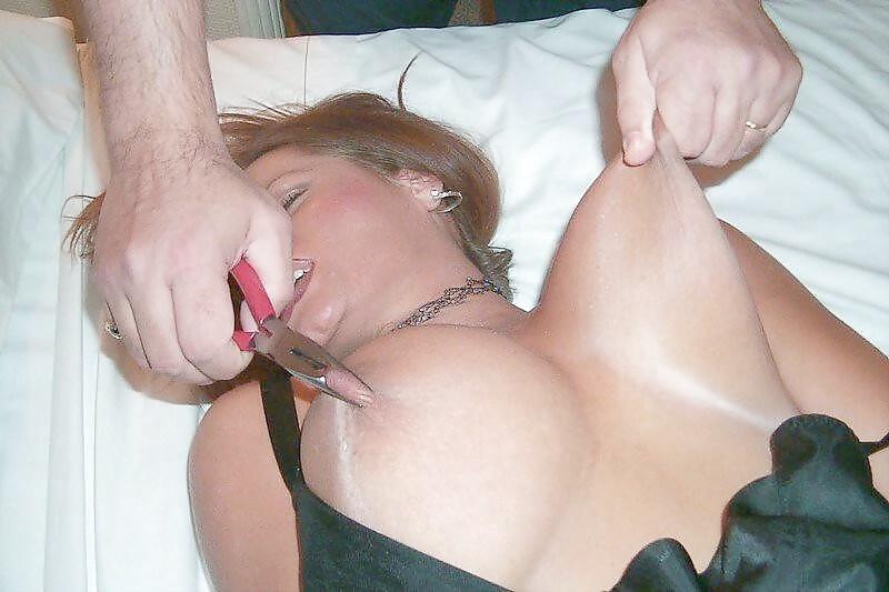 Видео как мужик извращенец дергает титьки голую проститутку 6
