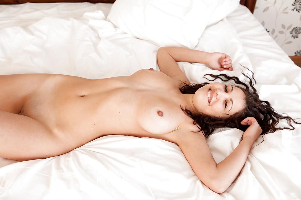 видео нежится голая в постели