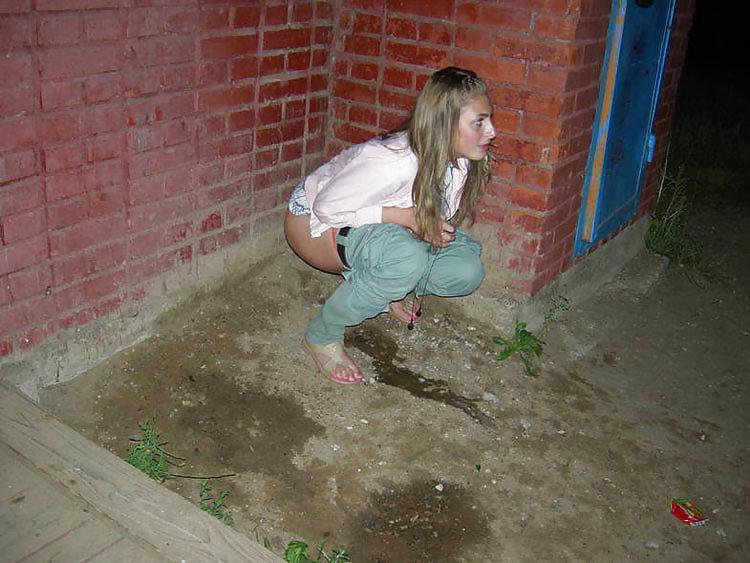 девушка мочится возле гаража онлайн - 1