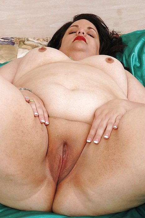 Fat womenshavedpussy — pic 9