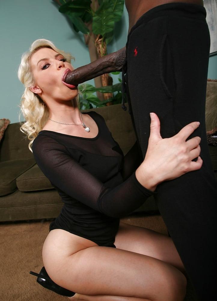 Мужа блондинка в черном платье минет демонстрируют гибкость жена