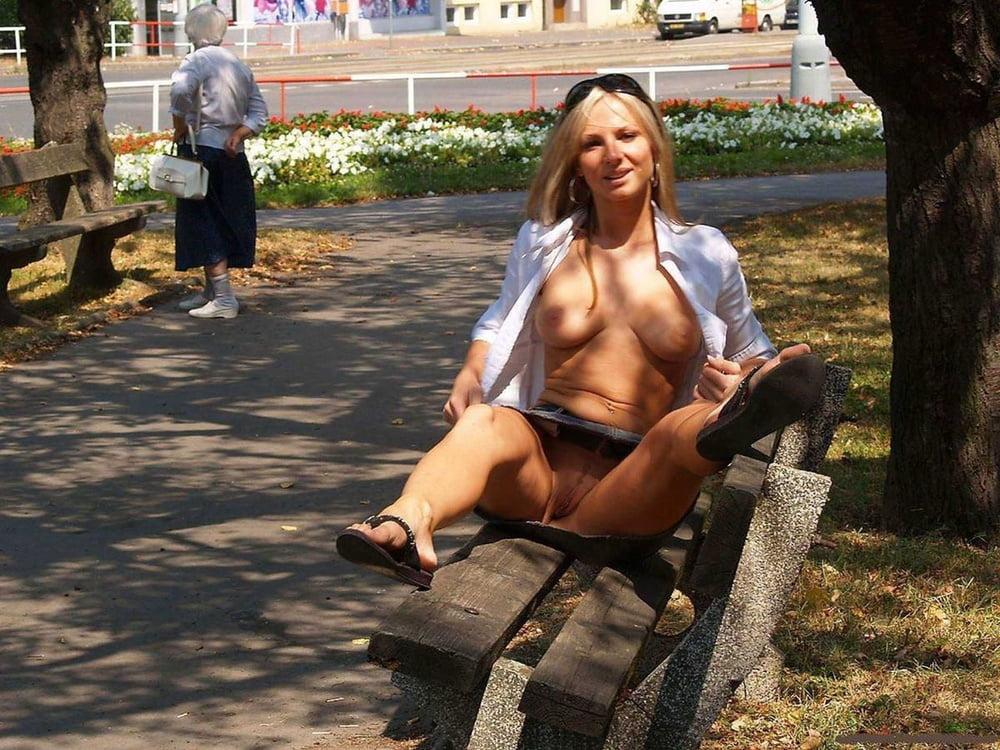 видео девок без трусов на улице наши органы