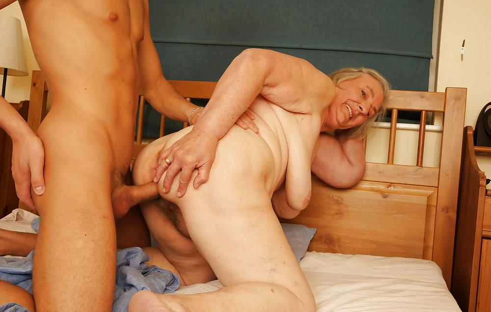самого начала молодые парни трахают в две тяги пожилую фото понравились