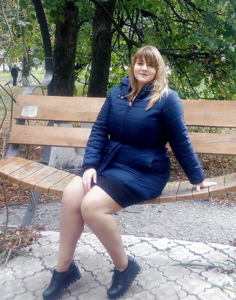 Смотрит у толстушек под платьем