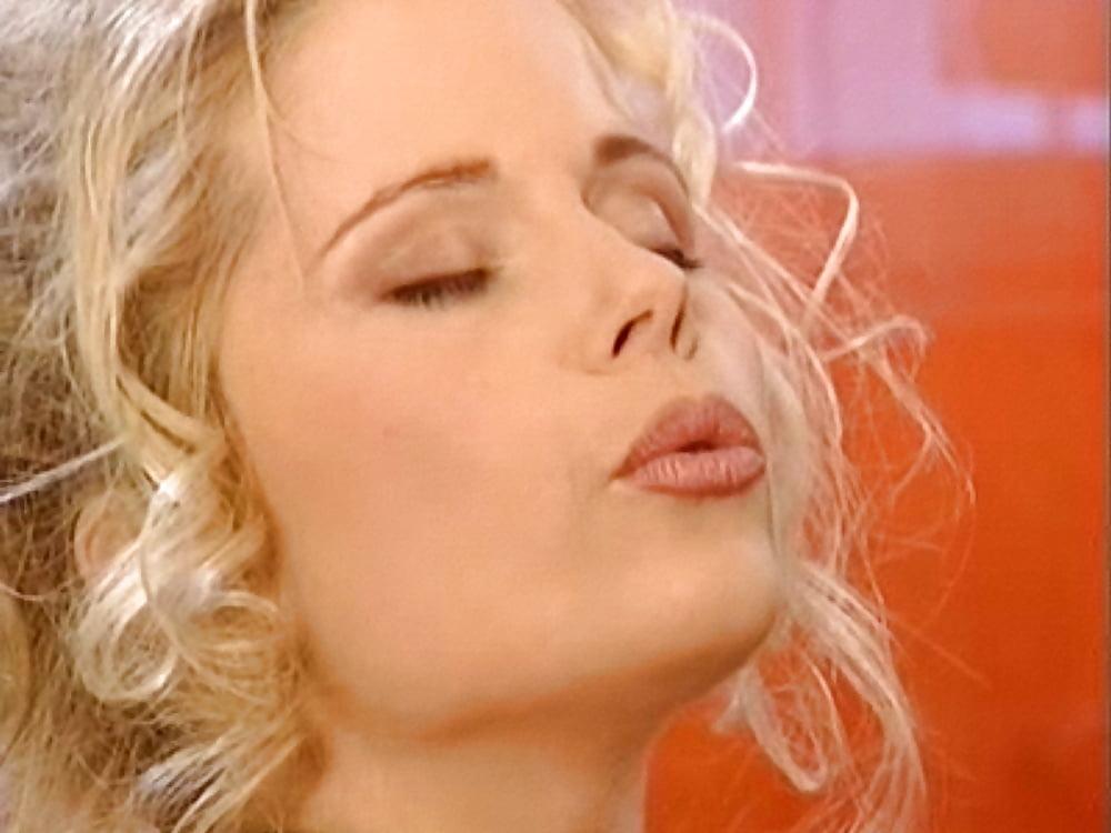 foto-dzhina-vild-trahaetsya-v-otele-porno-obshenie-russkoe-po-skaypu