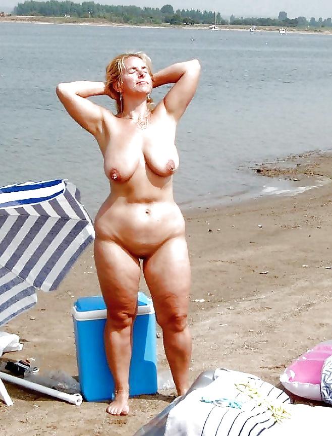 Жесткий приколы про зрелых полных и пожилых матюрок на пляже растянутые дырочки