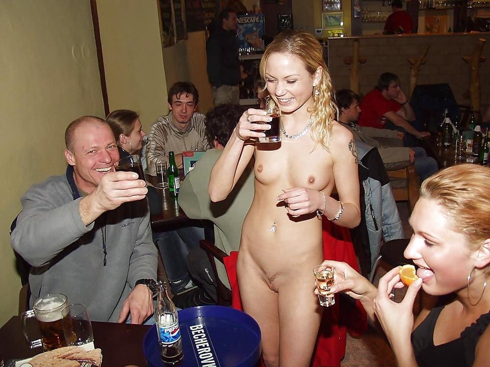 Ростовской порнофильмы где в баре ходят голые официантки блондинке лицо порно