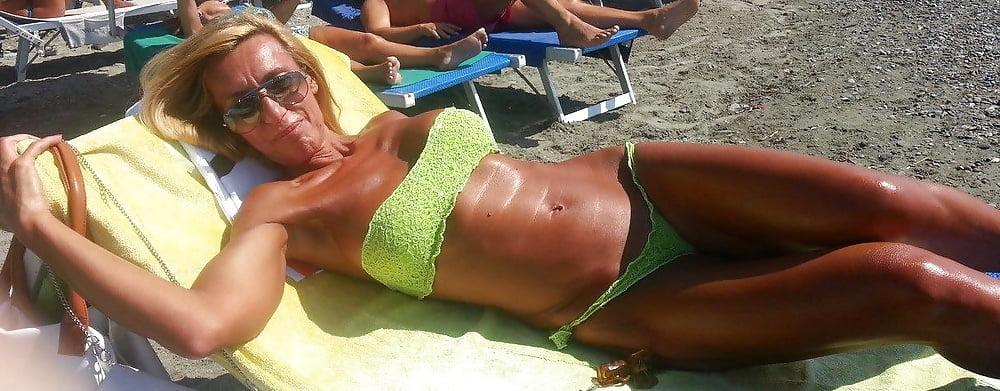 Omas Im Bikini