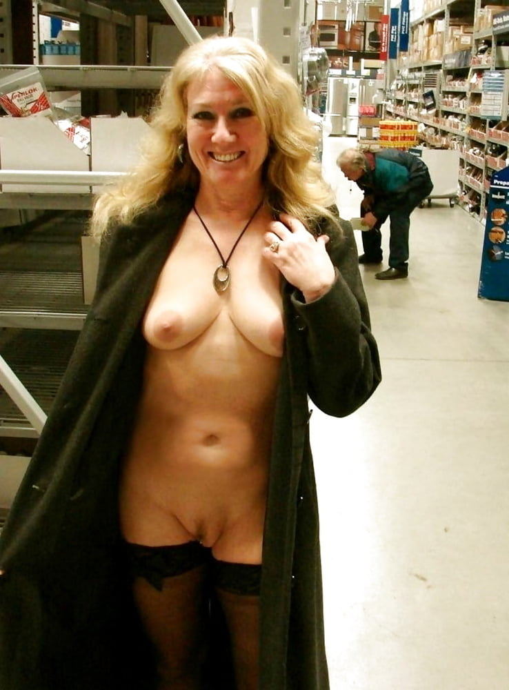 hot-mom-in-public-naked