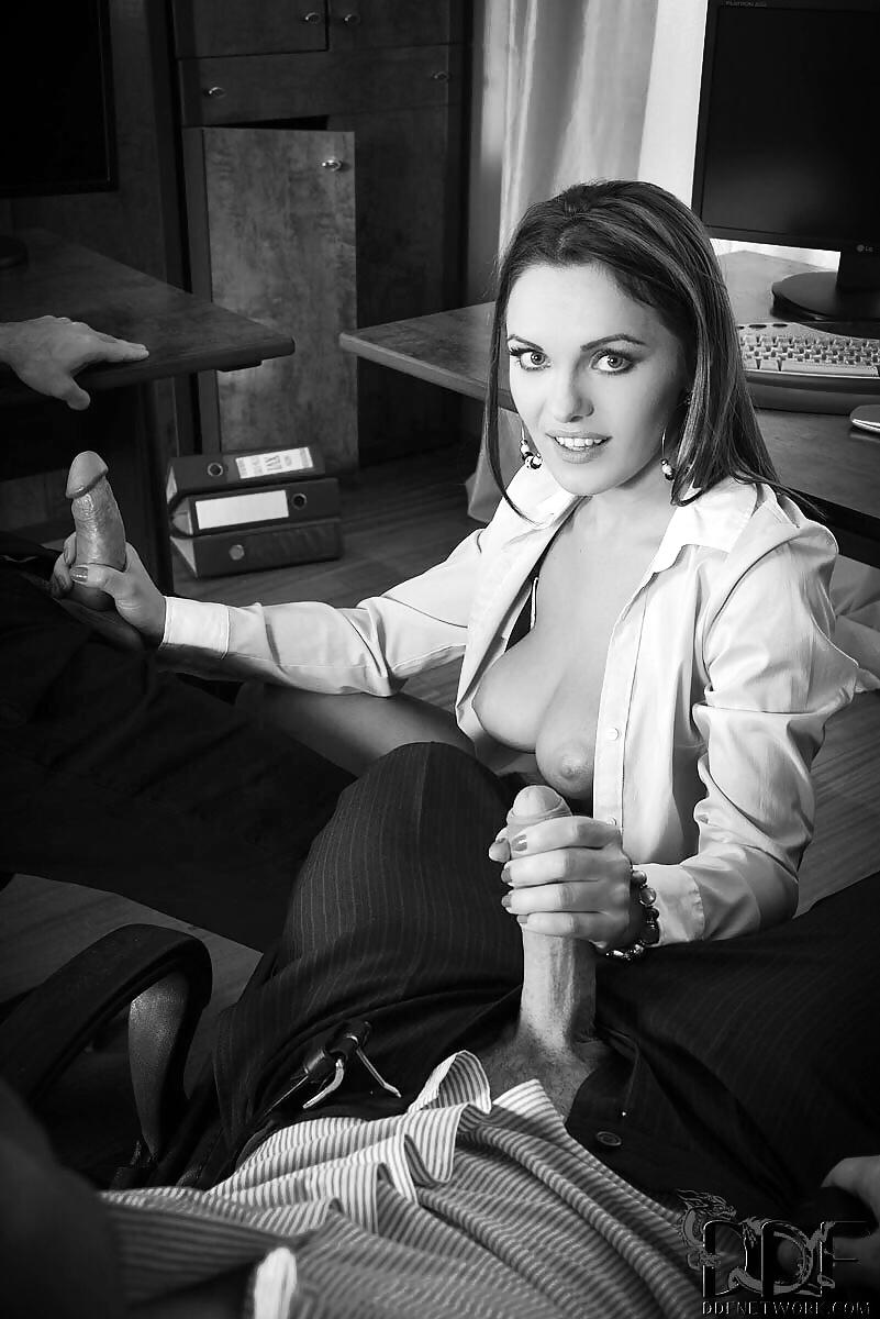 Шикарная секретарша дрочит шефу