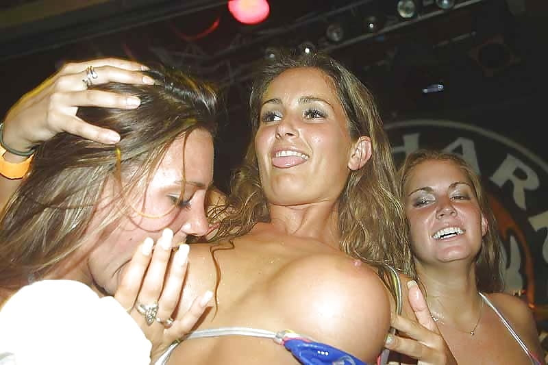 лесбиянки в мокрых майках видео порно скачать