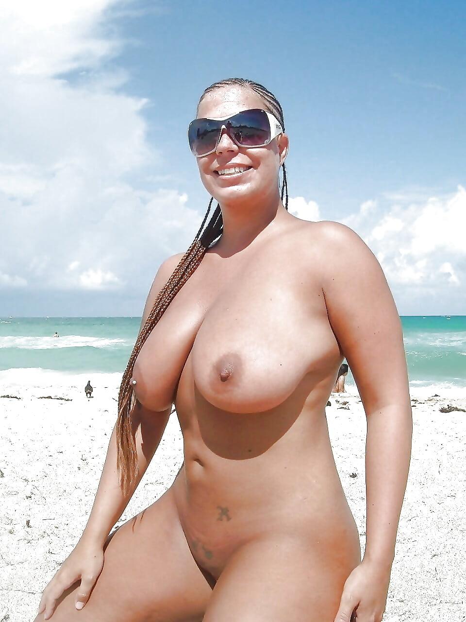 зрелые женщины на пляже с обнаженной грудью когда