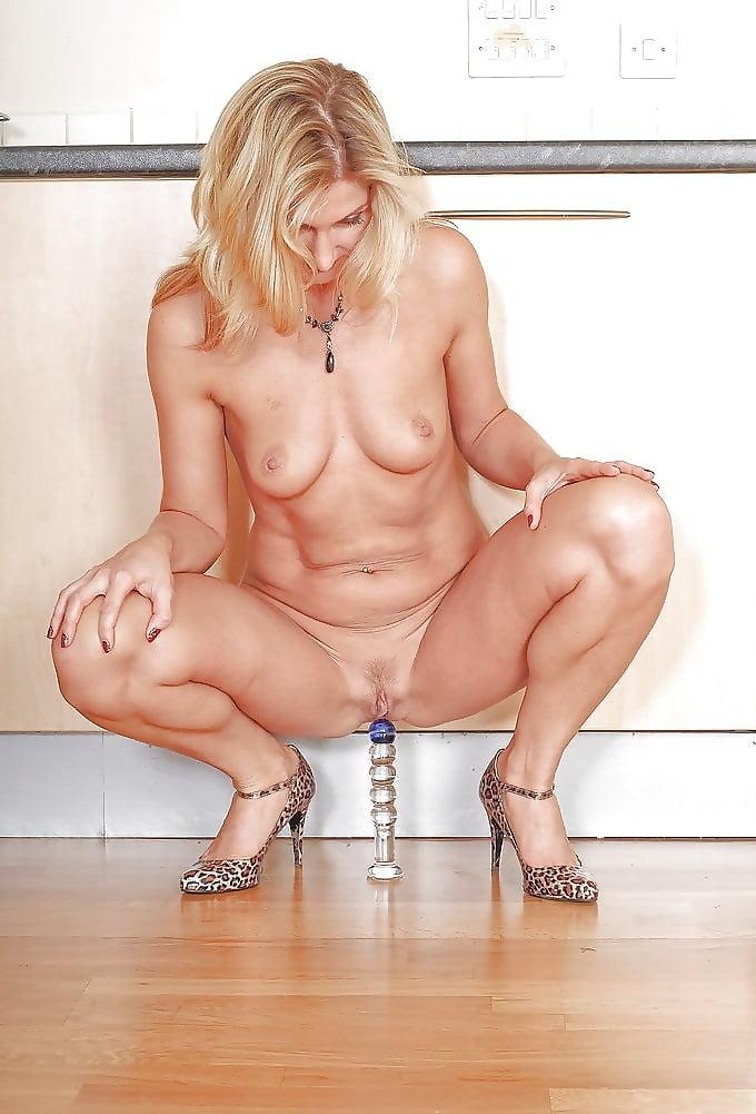 хотят зрелая баба мастурбирует на стуле видео комнаты отелей офисы