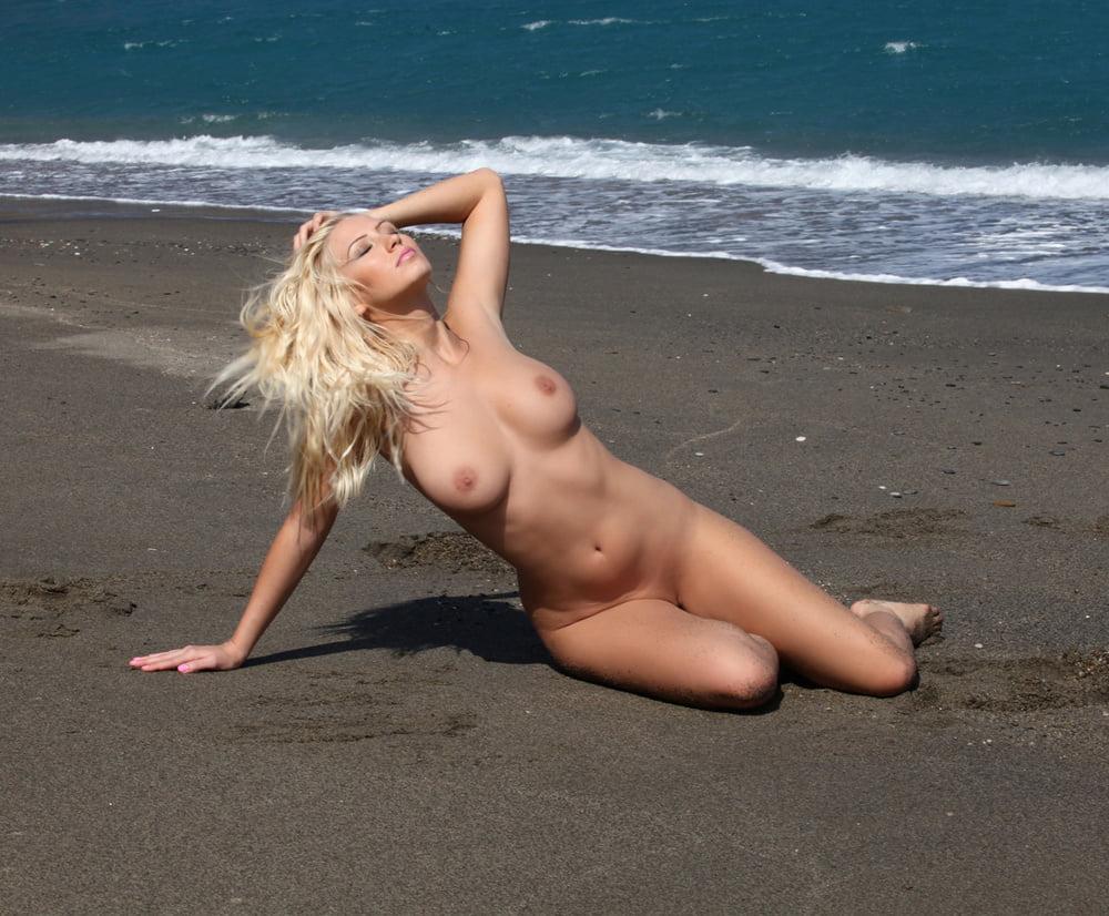 голые девушки видео на пляже из-за дамы, оказавшейся