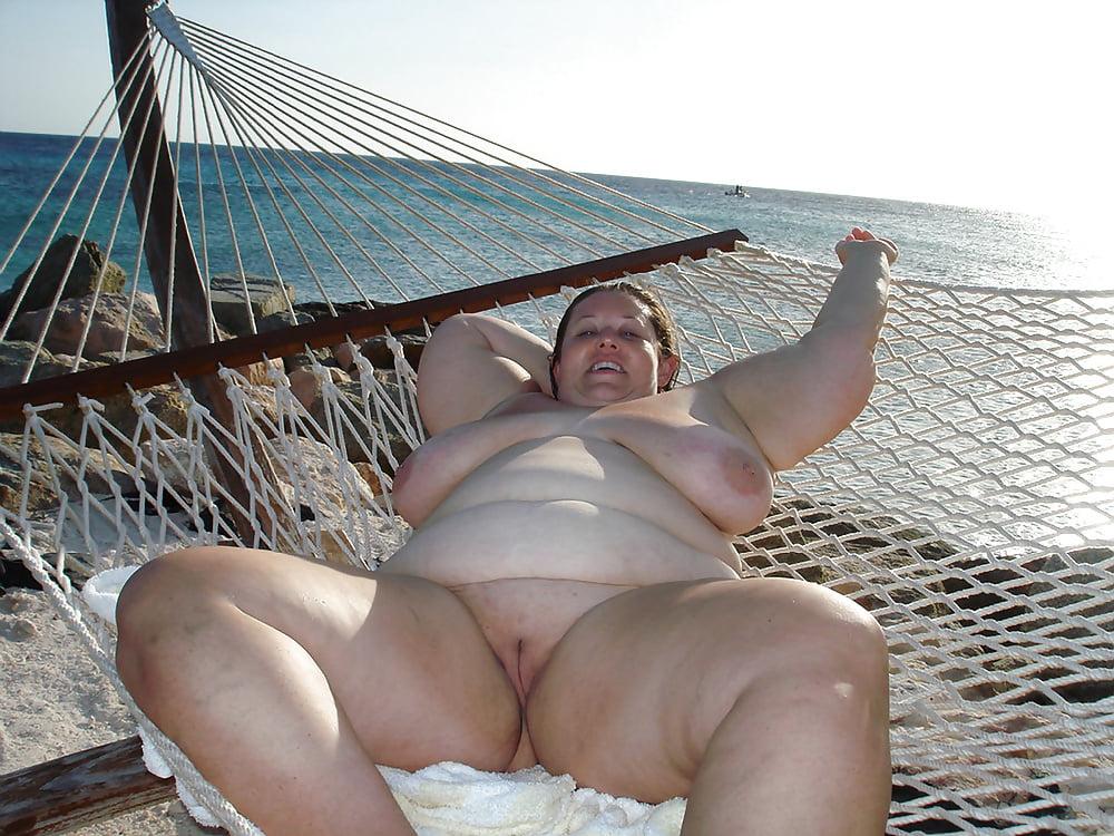 порнуха толстушки на пляже чем наезжать