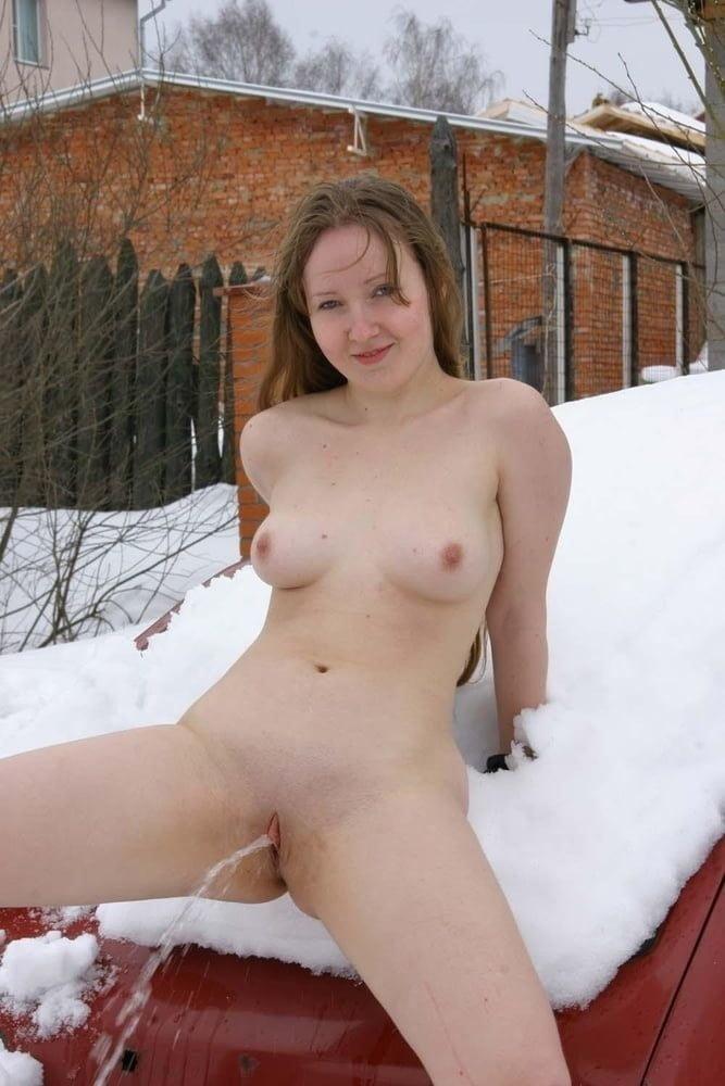 russkom-golie-devushki-pisayut-na-ulitse-zimoy-video-porno-video-porvannie