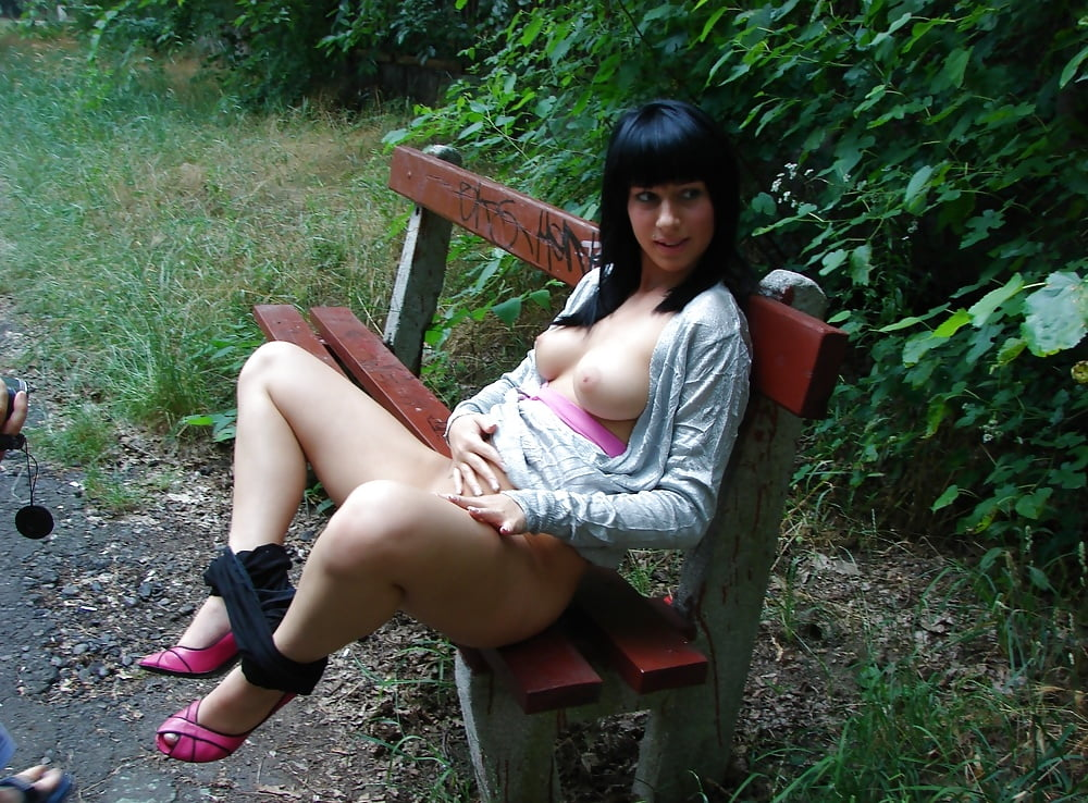Девушка на скамейке у подъезда показывает пизду фото