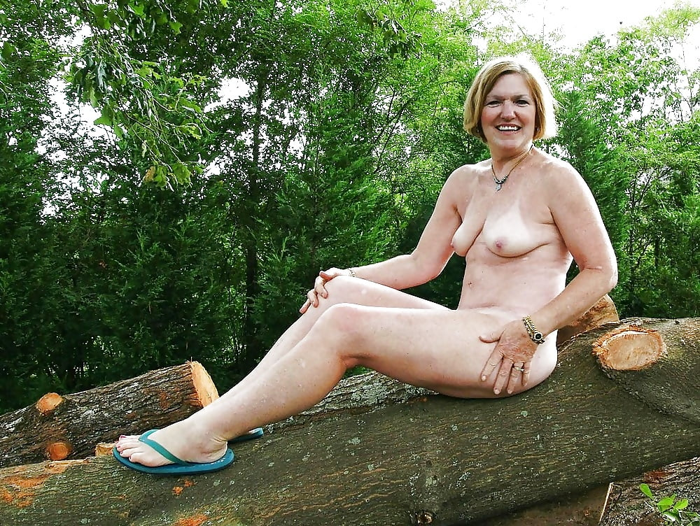 naked-mom-with-flip-flops