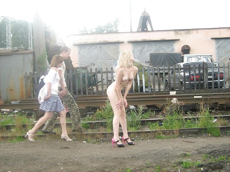 dvorovaya-erotika-foto-piss-v-podezde