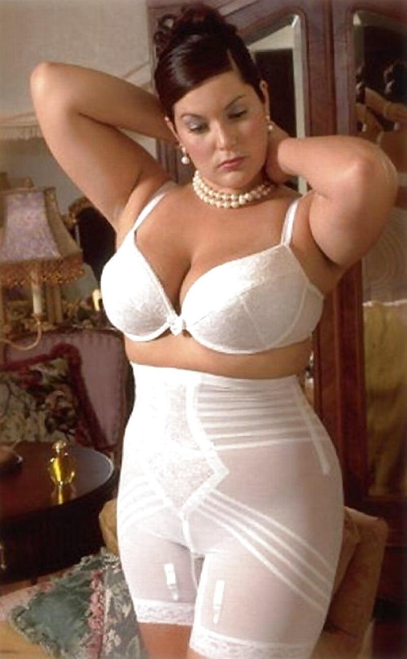 curvy-vintage-nudes-andrienne-black-naked