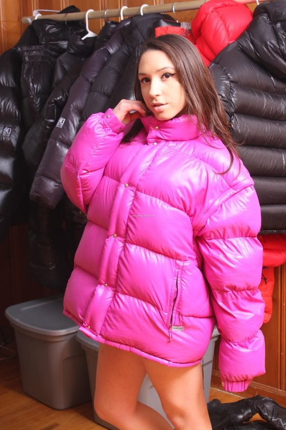 Random Chics in Sexy Puffers & Jackets - 433 Pics