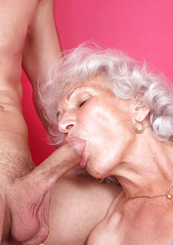 порно нарезка старые женщины рожает дома кровати