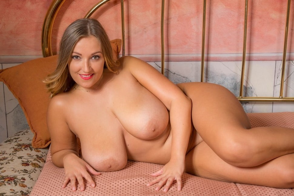 Natural busty mature posing nude