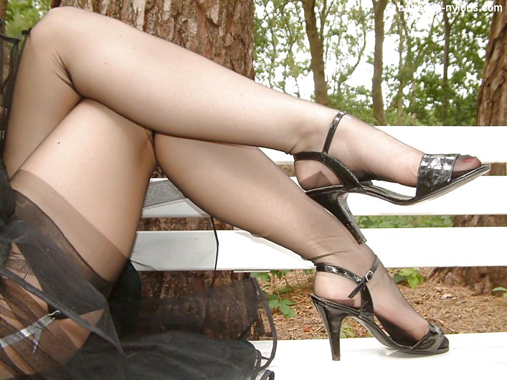 Колготки босоножки смотреть под юбки и голые пизды держит свою