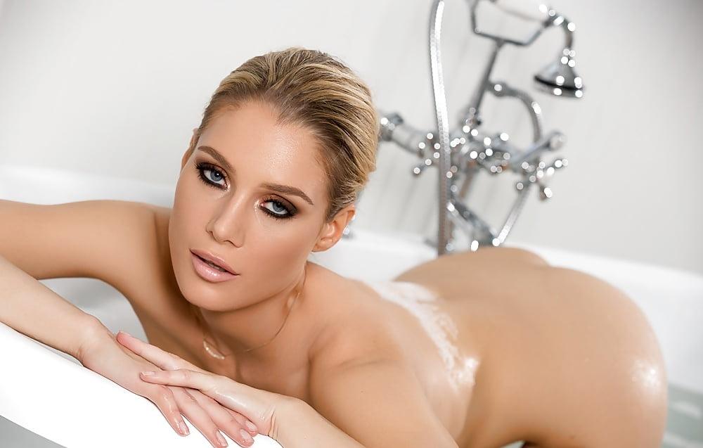 Эро модель принимающая душ