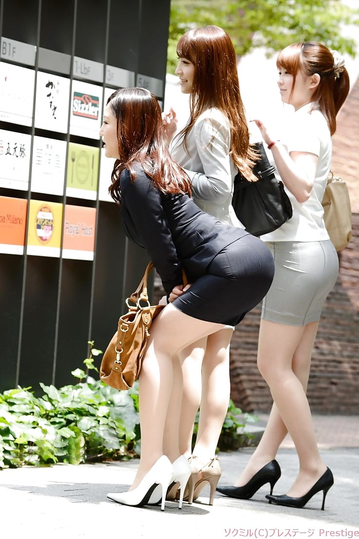 japanese-women-in-mini-skirts-pantyhose