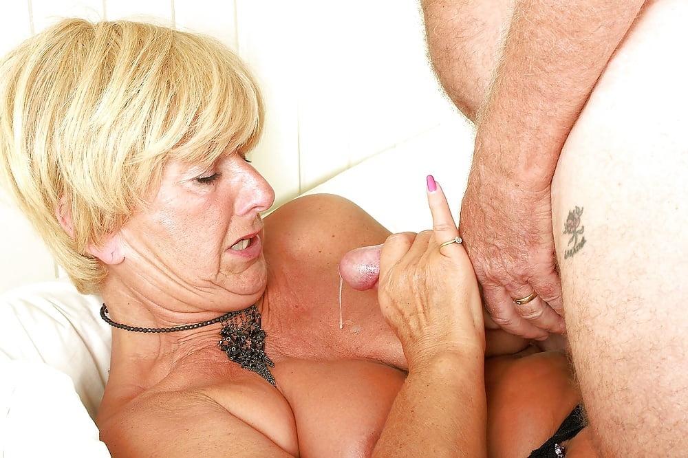 Порно старая женщина пьет пьет сперму у молодых ребят, сучка в коже порно