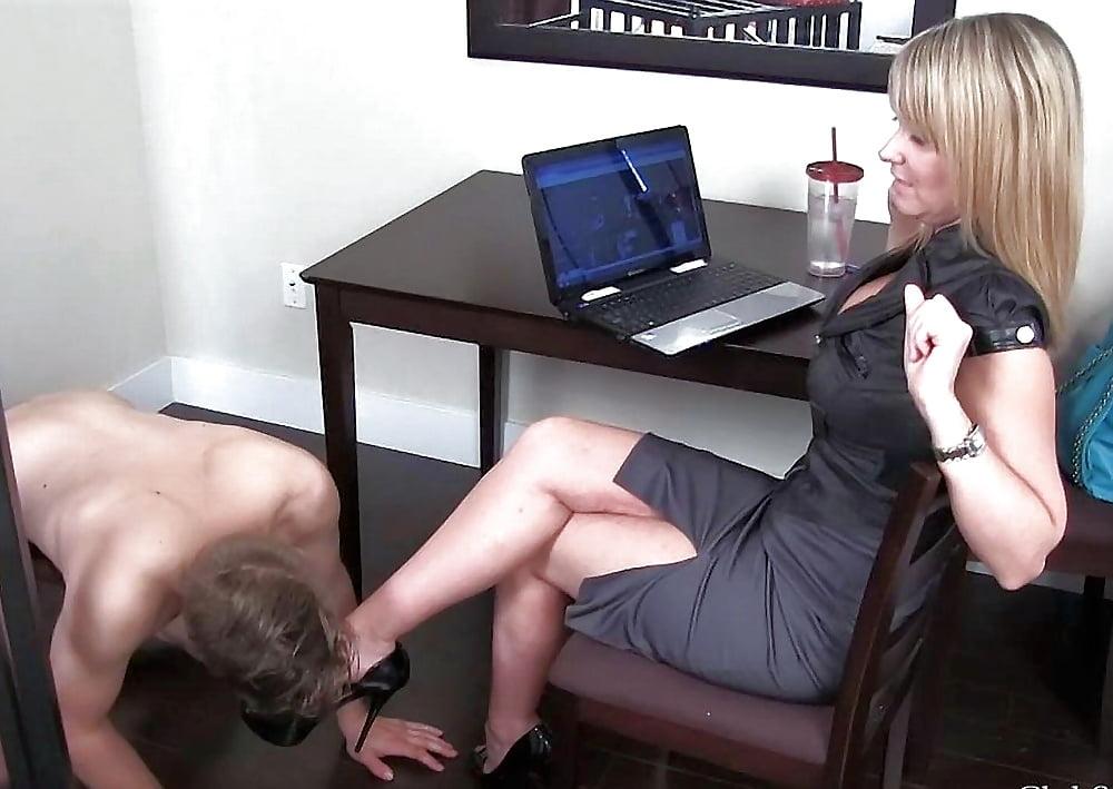госпожа и лизун ног здесь