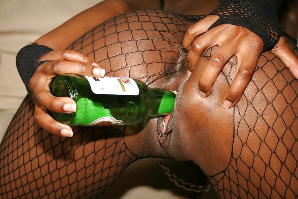 trahnuli-butilkoy-shampanskogo-muzh-bi-foto-porno