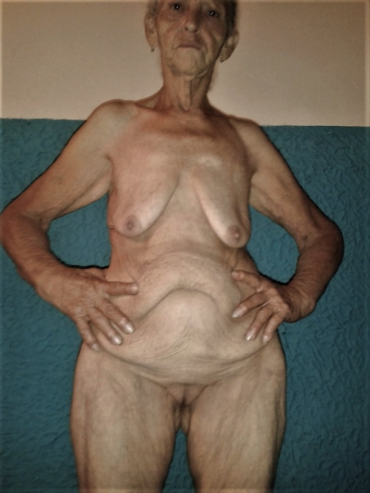 Hot granny shows her wrinkled ass