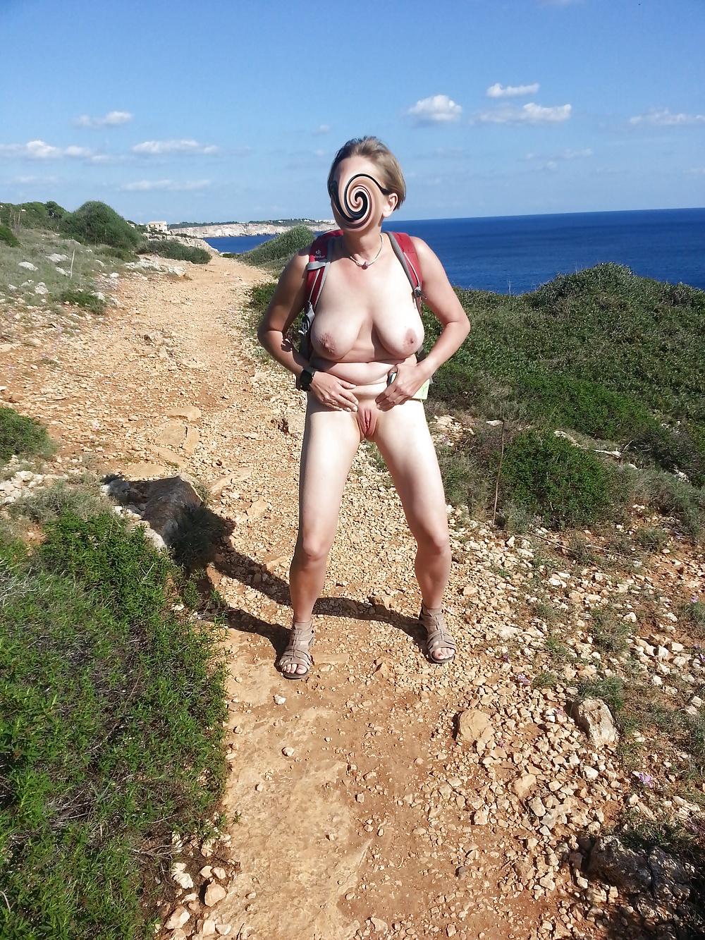 Von vorne nackt Nackt