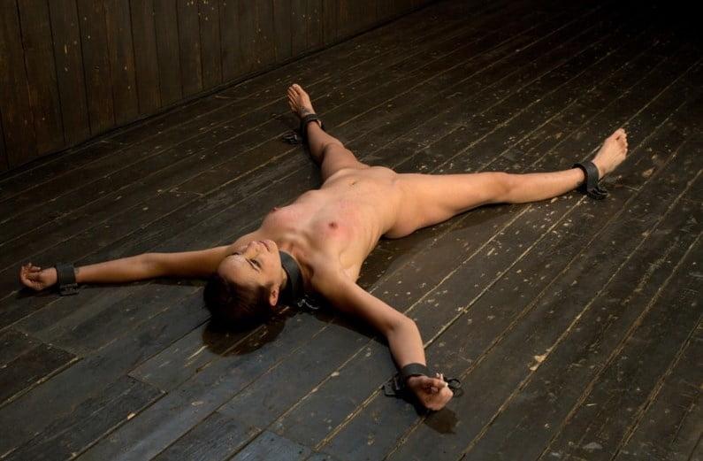 Gefesselt werden nackt Gefesselt Sex