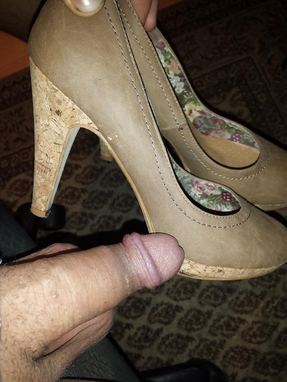 дрочат женскими туфлями - 1