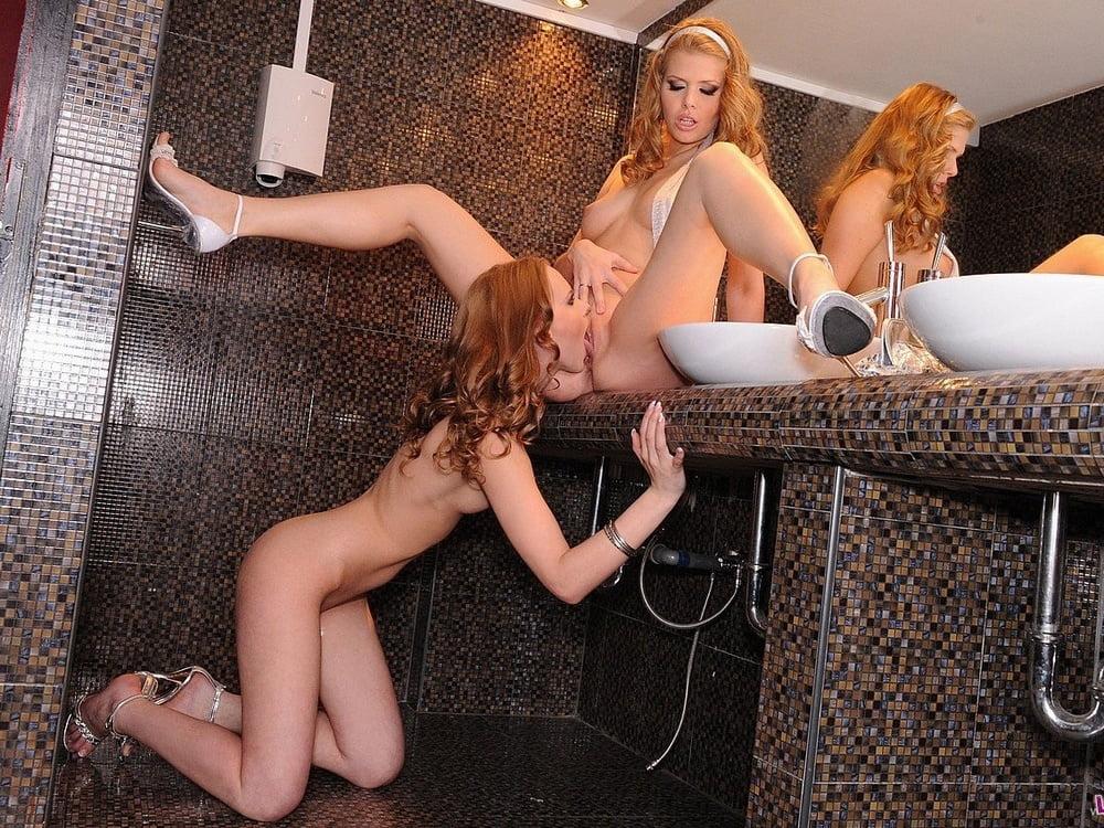 Порно гламур мастурбирует в клубном туалете — photo 4