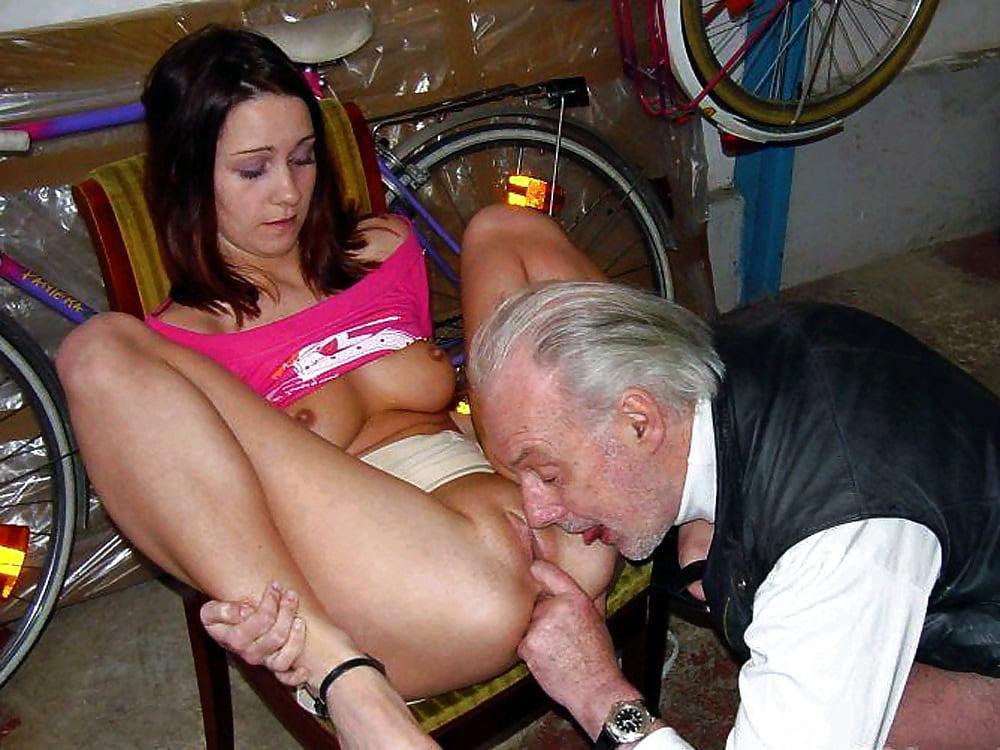 старпер трахнул бутылочкой с молоком женщину с коляской